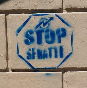 Beispiel für den Zeichentyp 'Ideogramm' - 'Stop-Zeichen' und 'Gruppensymbol - Movimento Autonomo e Autoorganizzato'